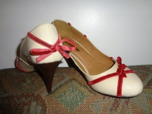 Patent leather and velvet ribbon. Sweet!