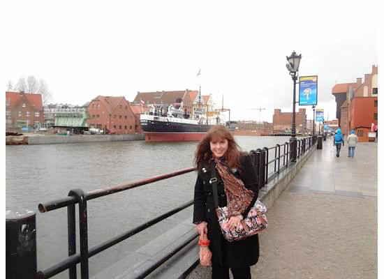 Rainy Gdansk, March 16, 2p014. Roover Vistula and ship musem Soldek. A suitcase to be presentable... you need to change accessories. Scarf by Codello, bought in Zurich, umbrella Mark Jacobs