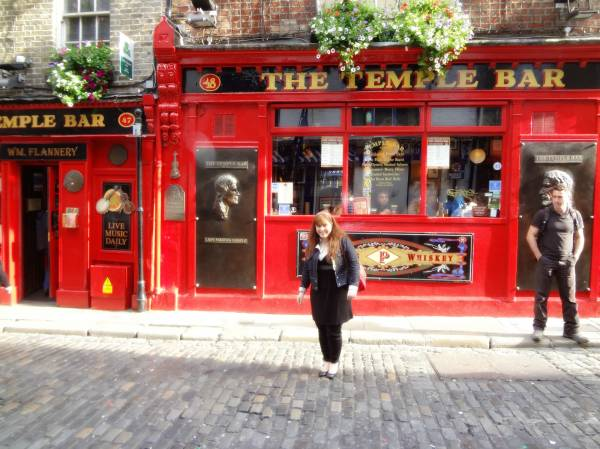 To the Temple Bar - with curious people around, can I pose, please?