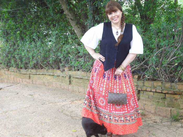 Always with my beloved vest (my design) and Indian skirt. Top, Colcci.  The cat is Pearl