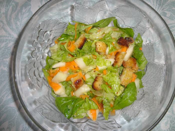 Salad with rocket, lettuce, croutons and melon, with honey-mustard sauce