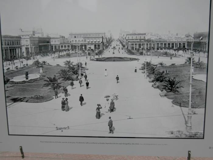 Plaza Independencia in 1910. I love this kind of picture, showing the past!